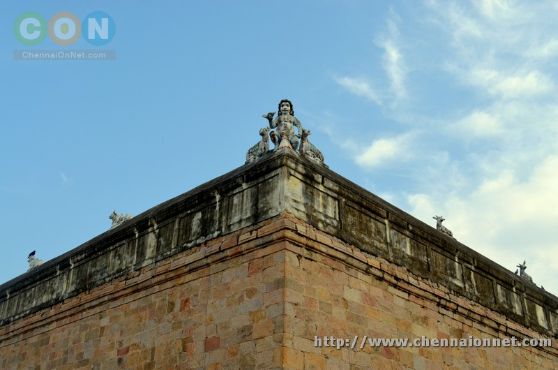 Sculpture in top of ThiruVidai Maruthur Mahalingaswamy temple