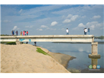 This place is frequently visited by youths in the city. People clicking photographs at the Broken Bridge.